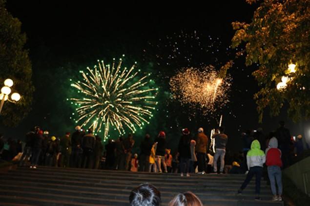 """Pháo """"nở hoa"""" trên bầu trời chào năm mới Bính Thân - ảnh 43"""