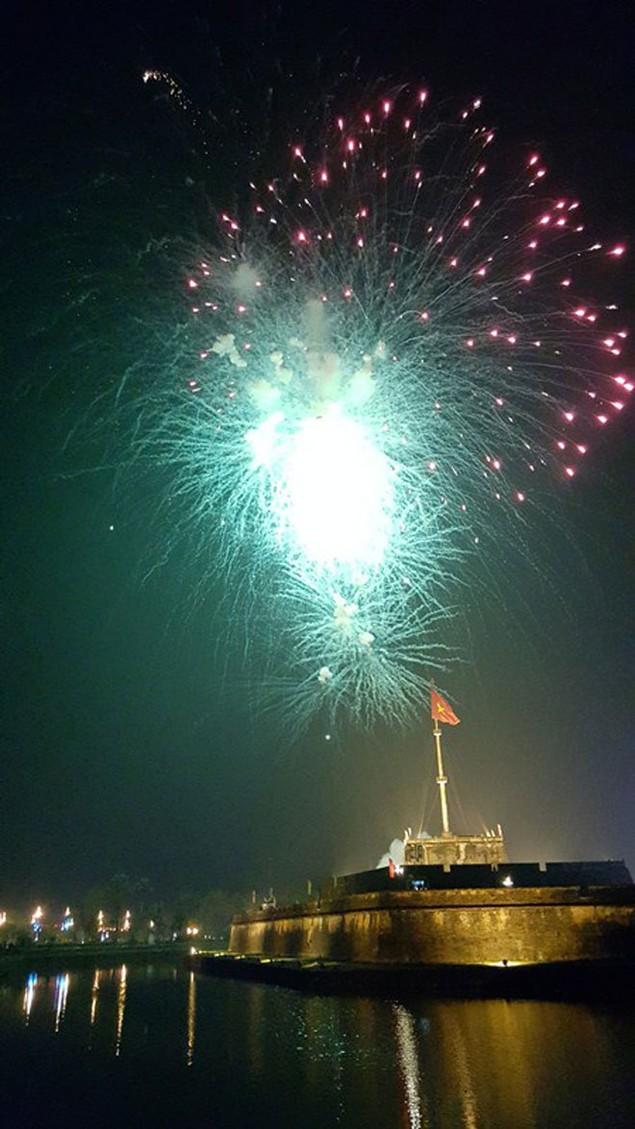 """Pháo """"nở hoa"""" trên bầu trời chào năm mới Bính Thân - ảnh 22"""