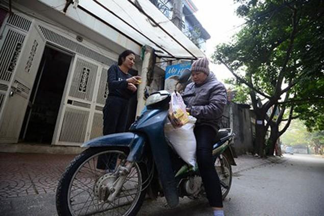 Người dân Thủ đô mua muối lấy may ngày mùng 1 Tết - ảnh 1