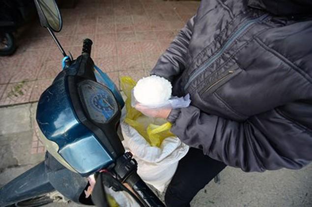 Người dân Thủ đô mua muối lấy may ngày mùng 1 Tết - ảnh 2