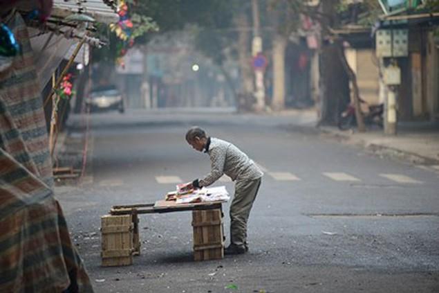 Người dân Thủ đô mua muối lấy may ngày mùng 1 Tết - ảnh 8