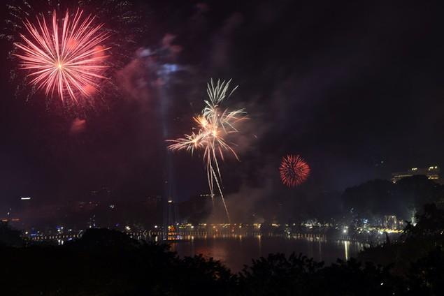 """Pháo """"nở hoa"""" trên bầu trời chào năm mới Bính Thân - ảnh 5"""