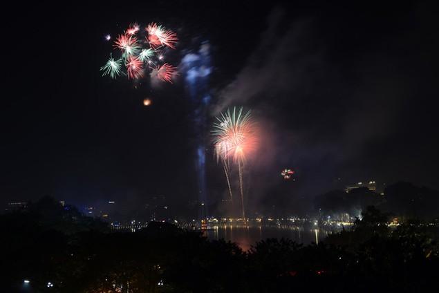 """Pháo """"nở hoa"""" trên bầu trời chào năm mới Bính Thân - ảnh 7"""