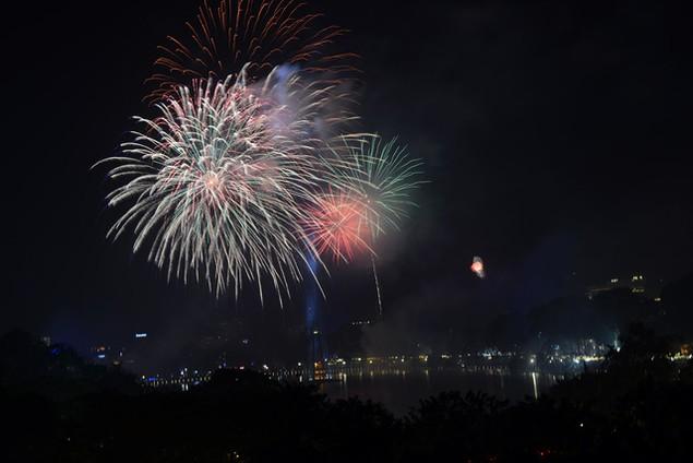 """Pháo """"nở hoa"""" trên bầu trời chào năm mới Bính Thân - ảnh 1"""