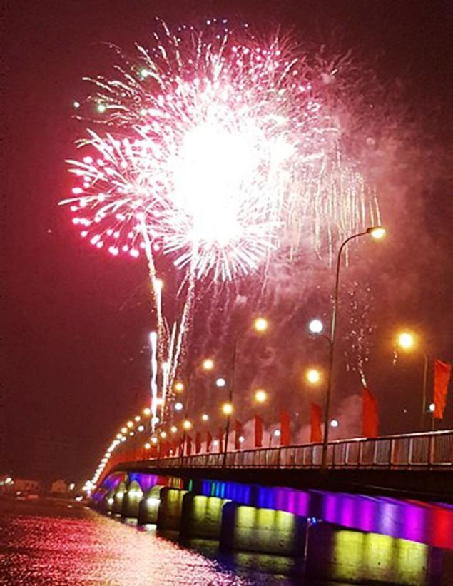 """Pháo """"nở hoa"""" trên bầu trời chào năm mới Bính Thân - ảnh 36"""