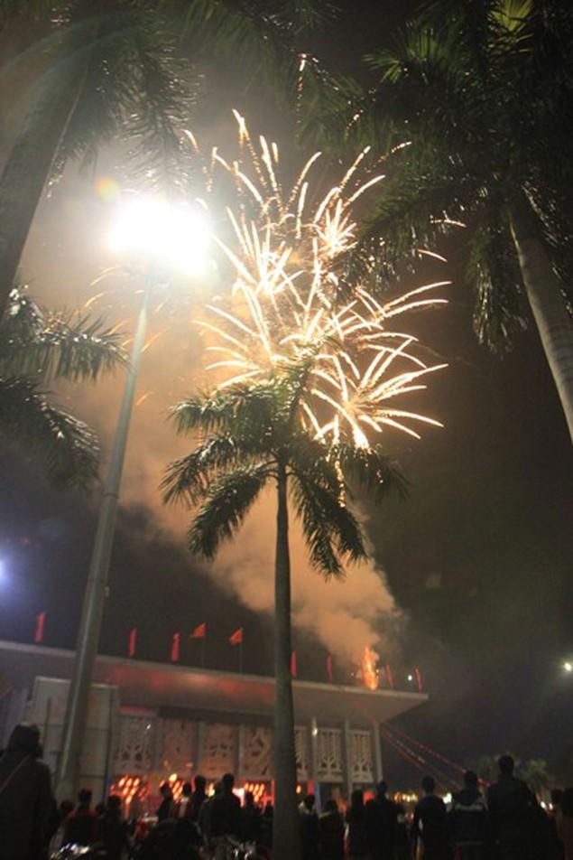 """Pháo """"nở hoa"""" trên bầu trời chào năm mới Bính Thân - ảnh 34"""