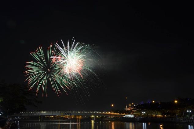 """Pháo """"nở hoa"""" trên bầu trời chào năm mới Bính Thân - ảnh 14"""