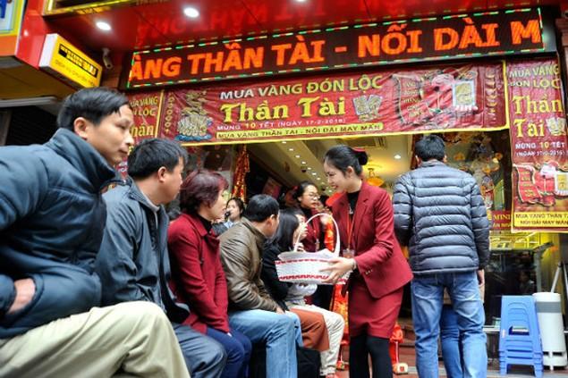 Từ Bắc chí Nam, dân chen chúc mua vàng ngày Thần Tài - ảnh 3