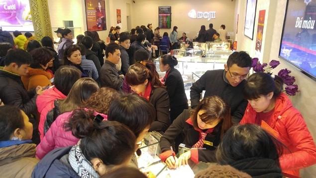 Từ Bắc chí Nam, dân chen chúc mua vàng ngày Thần Tài - ảnh 9