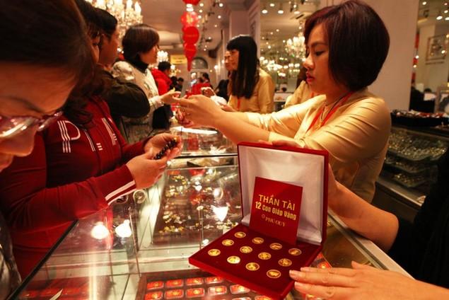 Từ Bắc chí Nam, dân chen chúc mua vàng ngày Thần Tài - ảnh 11