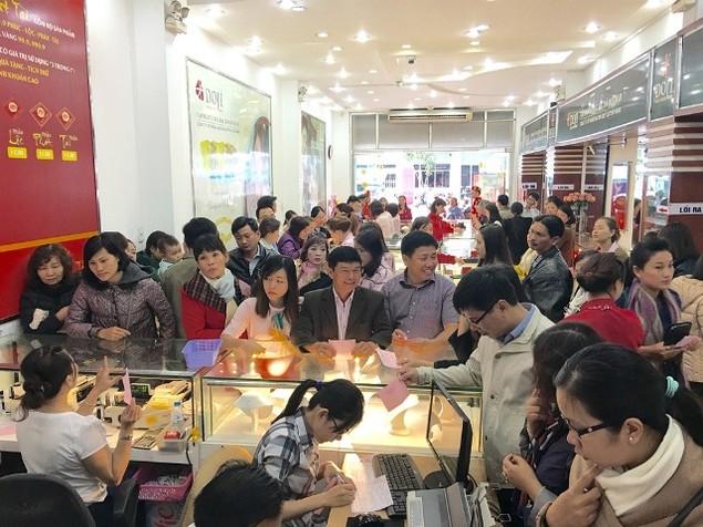 Từ Bắc chí Nam, dân chen chúc mua vàng ngày Thần Tài - ảnh 13