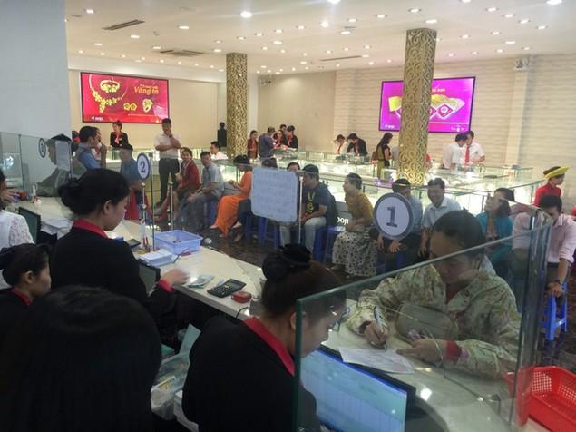 Từ Bắc chí Nam, dân chen chúc mua vàng ngày Thần Tài - ảnh 15