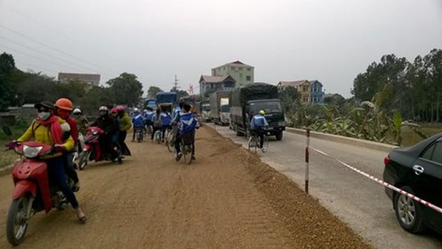 Dân chặn xe QL38: Chủ tịch huyện phản bác nhà thầu - ảnh 1