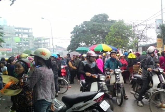 Vụ dân đòi trả bờ biển: Hàng trăm người lại vây trụ sở thị xã Sầm Sơn - ảnh 2