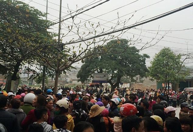 Vụ dân đòi trả bờ biển: Hàng trăm người lại vây trụ sở thị xã Sầm Sơn - ảnh 3