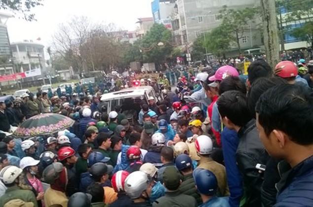Vụ dân đòi trả bờ biển: Hàng trăm người lại vây trụ sở thị xã Sầm Sơn - ảnh 4