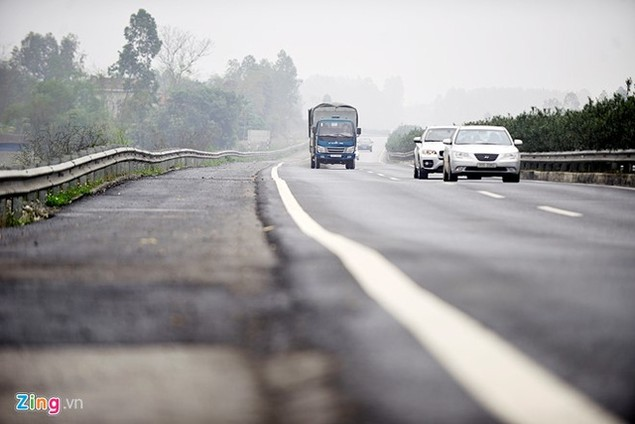 Nguy cơ tai nạn 'rình rập' trên cao tốc Nội Bài - Lào Cai - ảnh 12