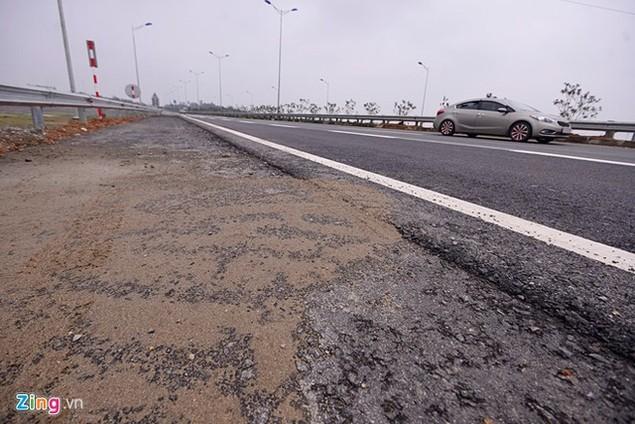 Nguy cơ tai nạn 'rình rập' trên cao tốc Nội Bài - Lào Cai - ảnh 13