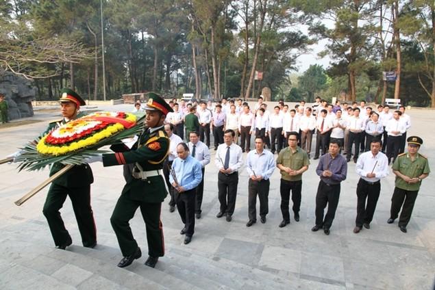 Thủ tướng Nguyễn Xuân Phúc dâng hương viếng các liệt sĩ tại Quảng Trị - ảnh 2