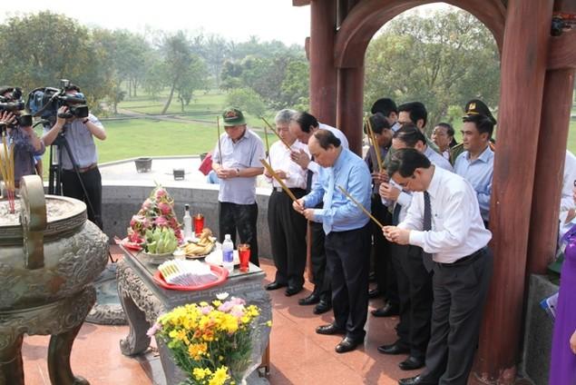 Thủ tướng Nguyễn Xuân Phúc dâng hương viếng các liệt sĩ tại Quảng Trị - ảnh 3