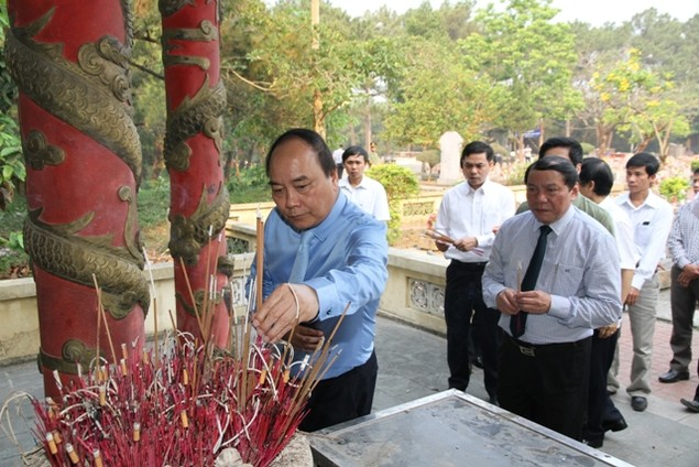 Thủ tướng Nguyễn Xuân Phúc dâng hương viếng các liệt sĩ tại Quảng Trị - ảnh 4