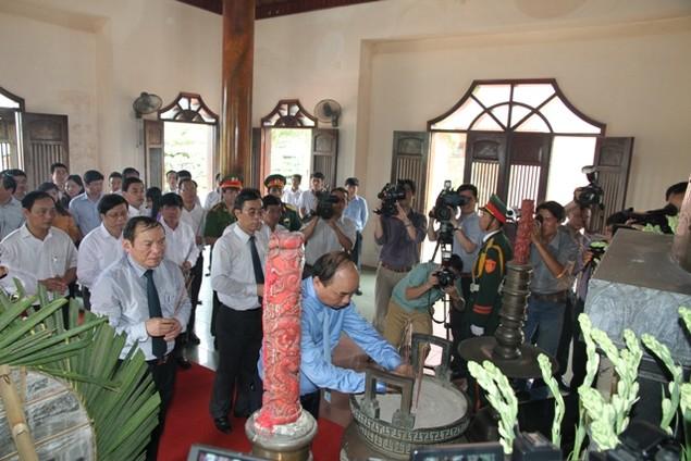 Thủ tướng Nguyễn Xuân Phúc dâng hương viếng các liệt sĩ tại Quảng Trị - ảnh 5