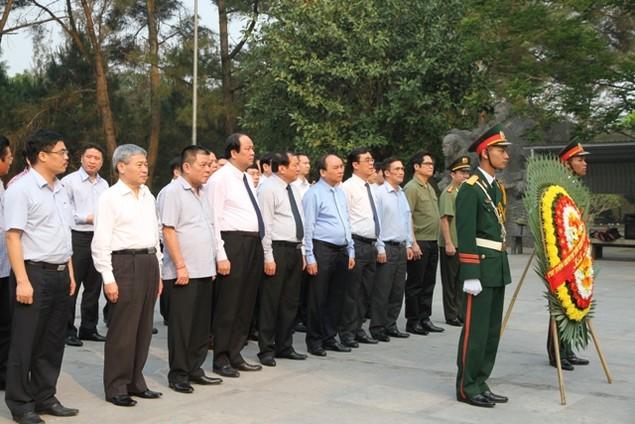 Thủ tướng Nguyễn Xuân Phúc dâng hương viếng các liệt sĩ tại Quảng Trị - ảnh 1