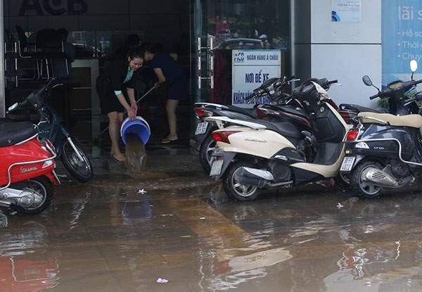 Hà Nội mưa lớn, nhiều tuyến phố biến thành sông - ảnh 2