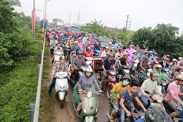 Hà Nội mưa lớn, nhiều tuyến phố biến thành sông - ảnh 3