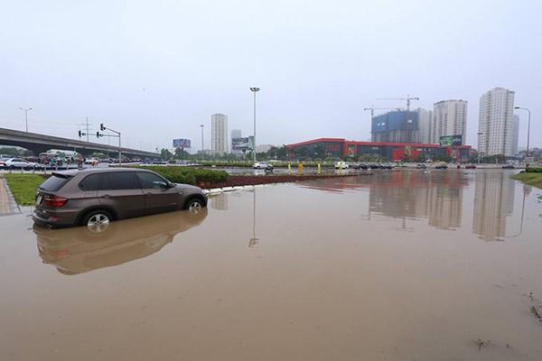 Hà Nội mưa lớn, nhiều tuyến phố biến thành sông - ảnh 4