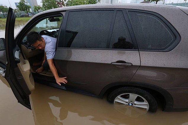 Hà Nội mưa lớn, nhiều tuyến phố biến thành sông - ảnh 5