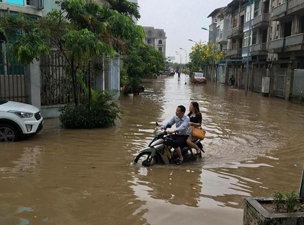 Hà Nội mưa lớn, nhiều tuyến phố biến thành sông - ảnh 6