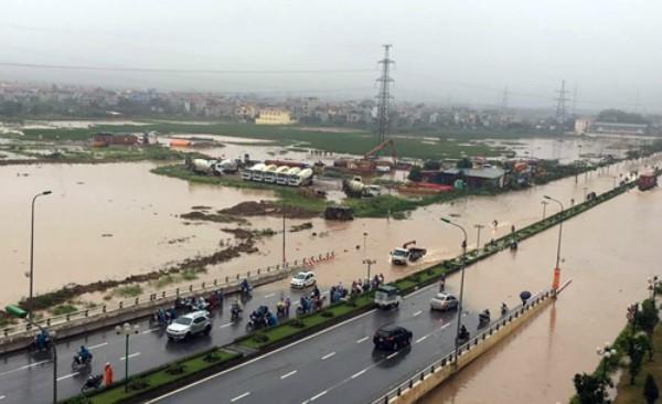 Hà Nội mưa lớn, nhiều tuyến phố biến thành sông - ảnh 7