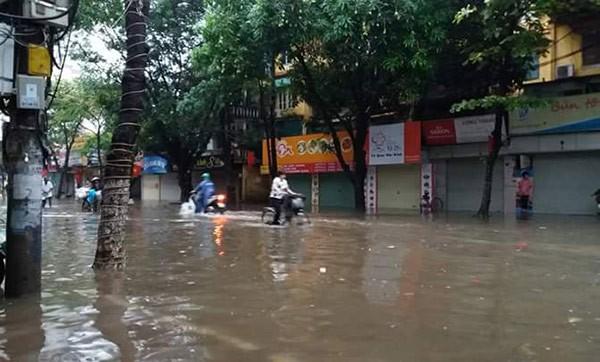 Hà Nội mưa lớn, nhiều tuyến phố biến thành sông - ảnh 8