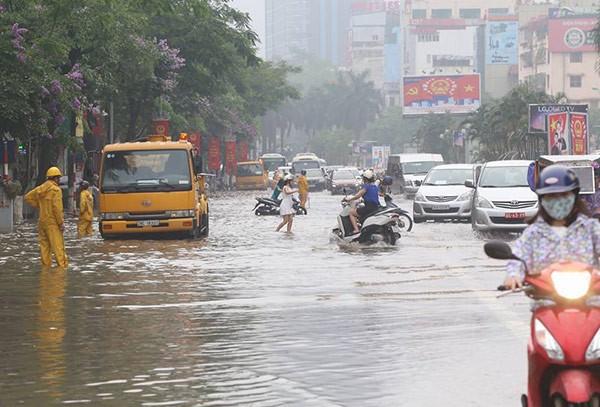 Hà Nội mưa lớn, nhiều tuyến phố biến thành sông - ảnh 1