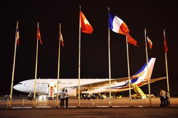 Tổng thống Pháp Hollande đặt chân đến Hà Nội - ảnh 1