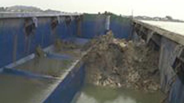 Biên phòng bắt tàu đổ chất thải xuống biển Nghệ An - ảnh 1