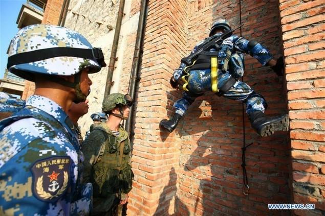 Thủy quân lục chiến Nga - Trung tập trận đổ bộ, leo tường - ảnh 8
