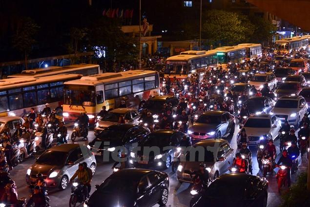Những hình ảnh tắc đường kinh hoàng ở Thủ đô Hà Nội - ảnh 11
