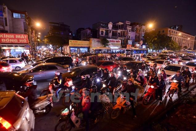 Những hình ảnh tắc đường kinh hoàng ở Thủ đô Hà Nội - ảnh 12