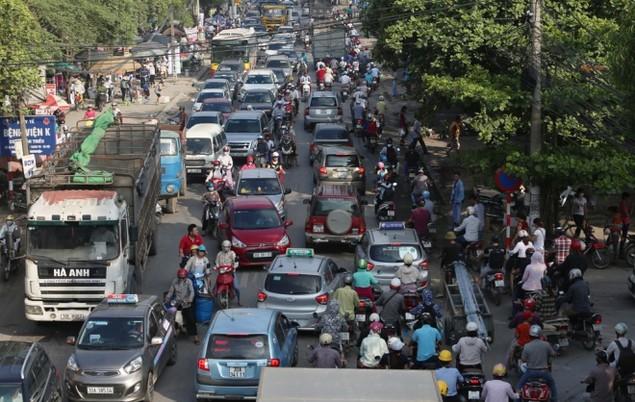 Người và xe chen cứng 'từng centimet' trong tắc đường Hà Nội - ảnh 4