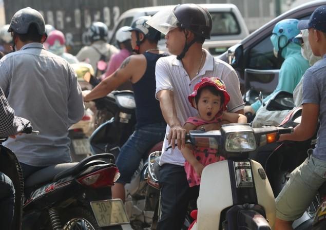 Người và xe chen cứng 'từng centimet' trong tắc đường Hà Nội - ảnh 5