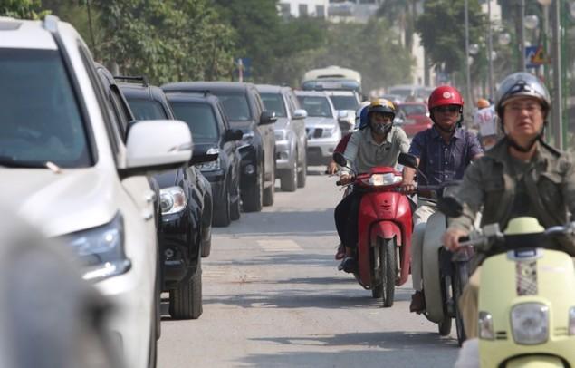 Người và xe chen cứng 'từng centimet' trong tắc đường Hà Nội - ảnh 6