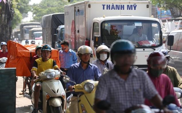 Người và xe chen cứng 'từng centimet' trong tắc đường Hà Nội - ảnh 8