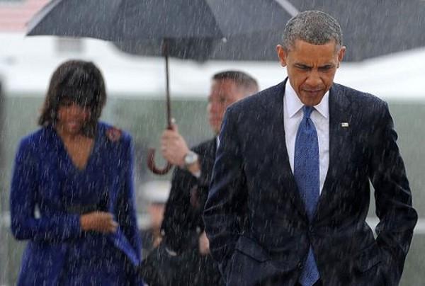 Obama đầu trần trong mưa và Trump che ô trời nắng gây sốt - ảnh 1
