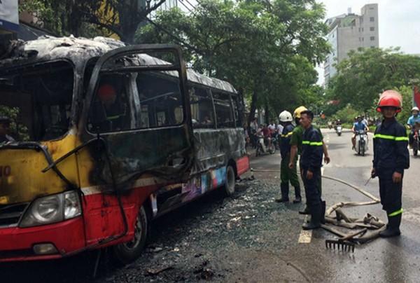 Xe buýt bốc cháy sau tiếng nổ - ảnh 1