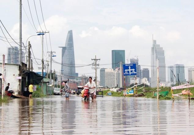 18 giờ sau trận mưa lịch sử, Sài Gòn vẫn chìm trong nước - ảnh 1