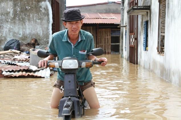 18 giờ sau trận mưa lịch sử, Sài Gòn vẫn chìm trong nước - ảnh 2
