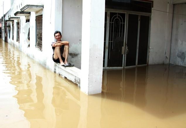18 giờ sau trận mưa lịch sử, Sài Gòn vẫn chìm trong nước - ảnh 3