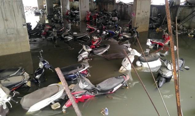 18 giờ sau trận mưa lịch sử, Sài Gòn vẫn chìm trong nước - ảnh 6